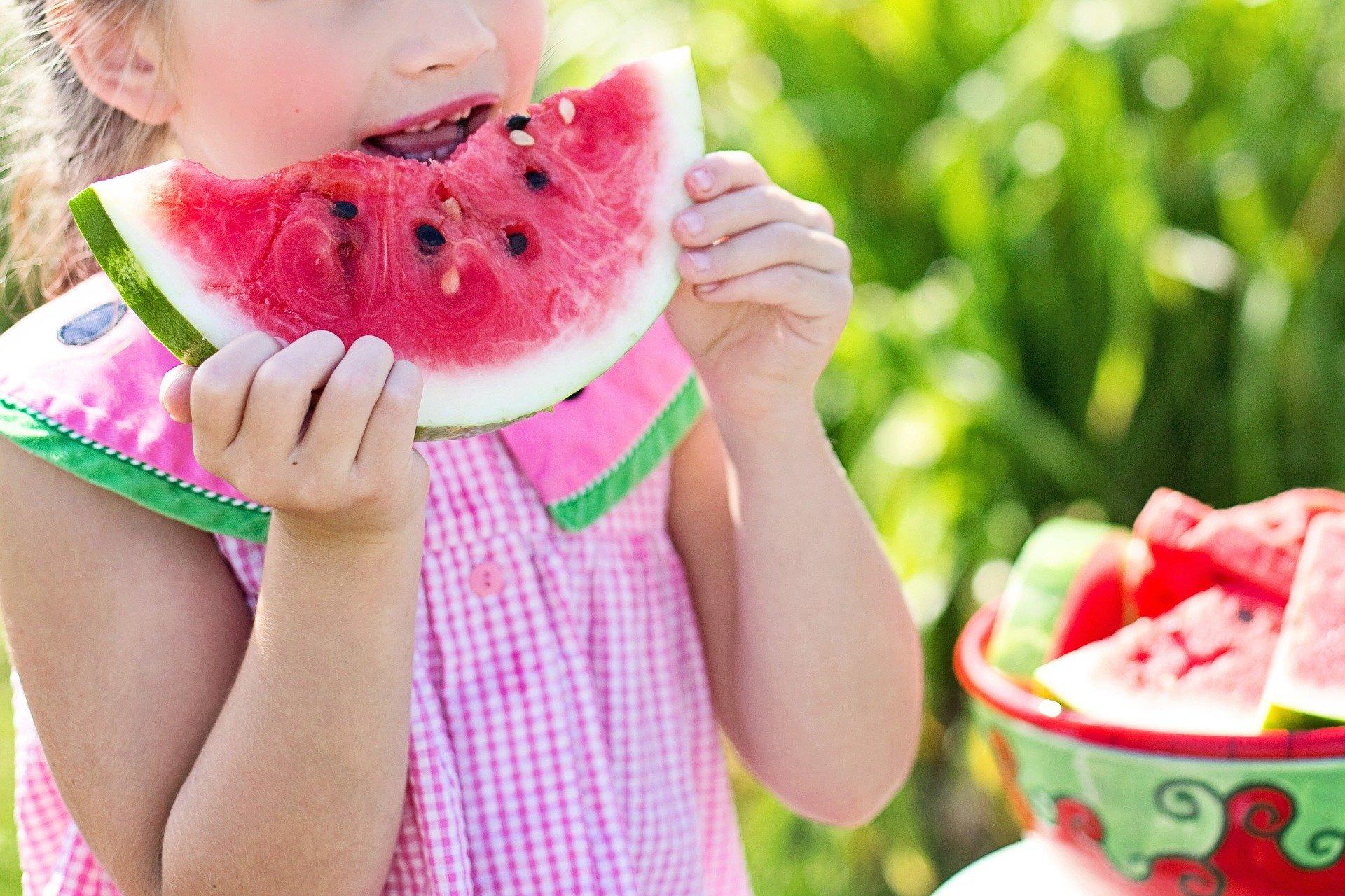 Niño comiendo sano