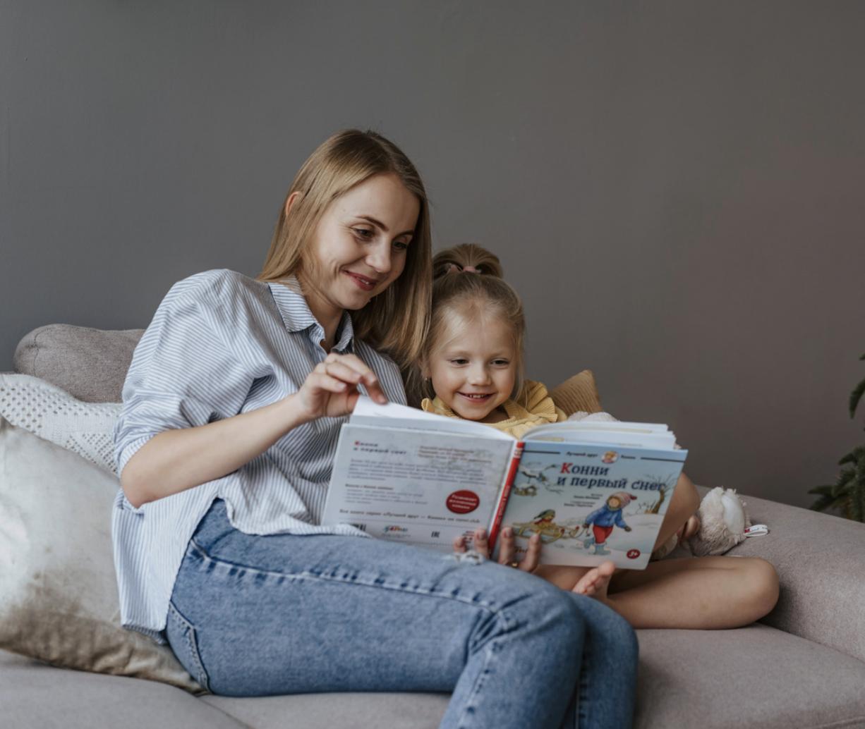 Mama e hija leiendo